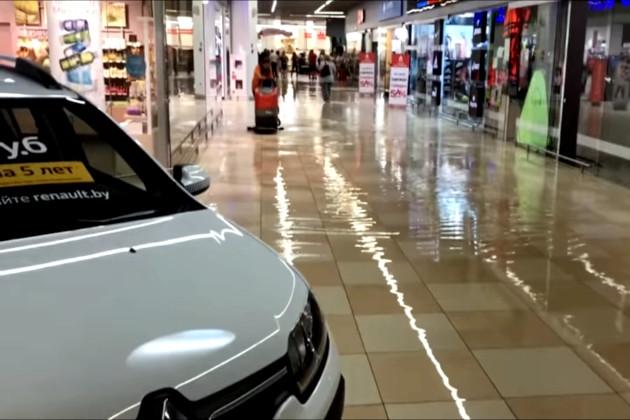 В Беларуси из-за сильнейшего ливня затопило гипермаркет (видео)