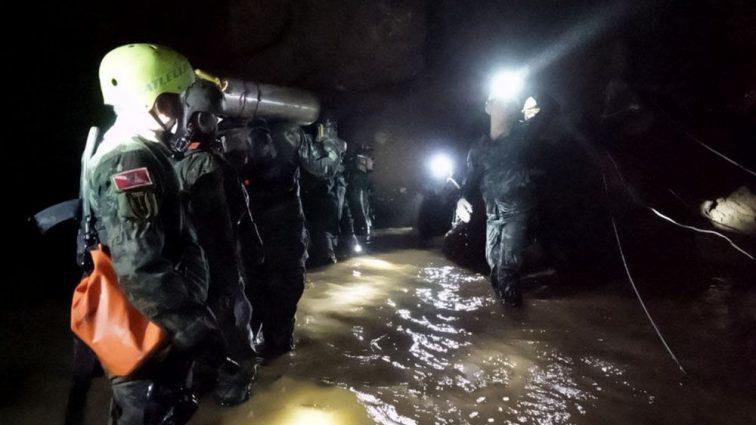 В Таиланде из затопленной пещеры спасли всех детей и их тренера