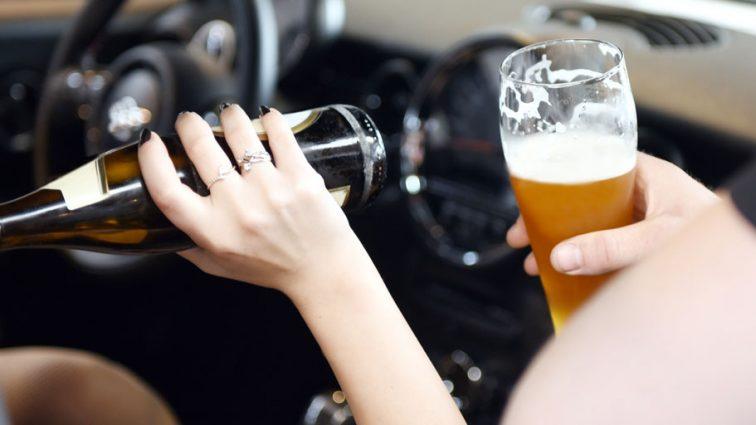 Допивала водку в патрульной машине: Пьяная женщина попала в  ДТП