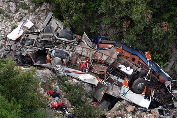 «Почти 50 погибших»: В Гималаях автобус с пассажирами слетел с обрыва
