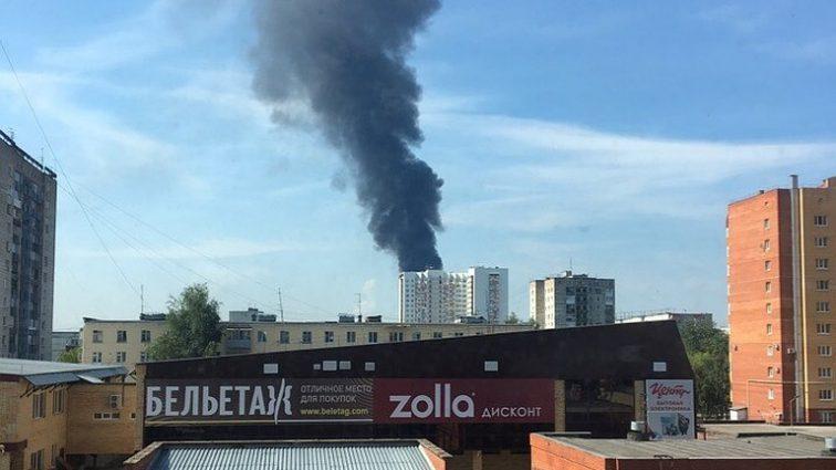 В России загорелся крупный завод, пожару присвоен четвертый уровень сложности