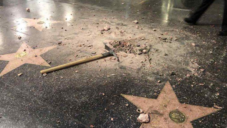 Вандализм ради благотворительности: мужчина кувалдой уничтожил звезду Трампа на Аллее славы