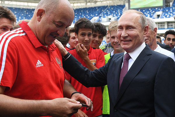 «Видели, да?»: Черчесов взял автограф у Путина