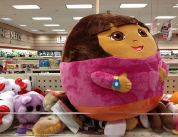 Маленькая девочка тайком потратила сотни долларов на игрушки
