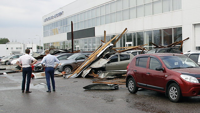 «Дождь хлестал поокнам, какцунами»: Ураганный ветер снес крышу торгового центра в Туле