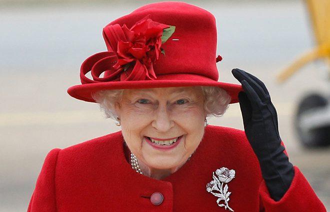 «Жестокое нарушение королевского протокола»: Сестра Елизаветы II  прошлась по пляжу топлес