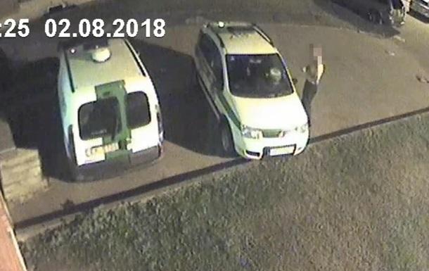 В Риге обнаженный мужчина напал с топором на авто полиции