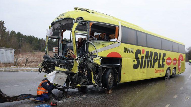 В Эстонии 81-летняя женщина въехала в автобус с пассажирами, есть пострадавшие