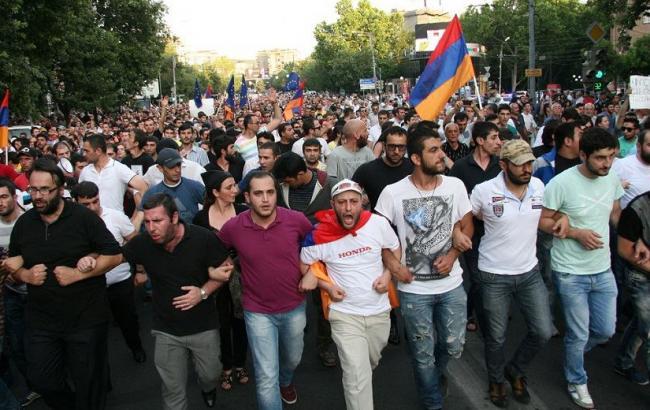 «Немедленно арестуйте убийцу»: Армяне негодуют из-за освобождения президента страны