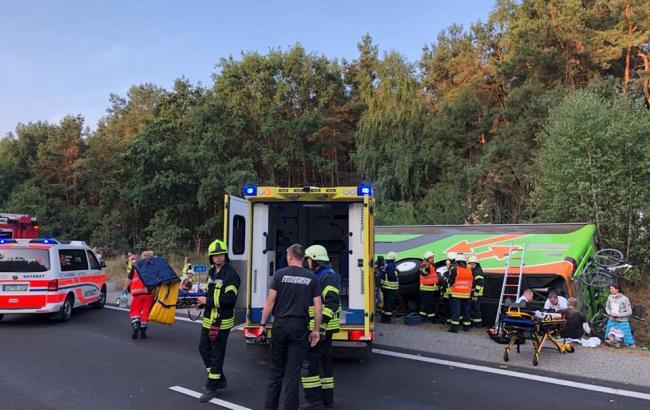 «В Берлин так и не доехали!»: В Германии перевернулся пассажирский автобус, много пострадавших