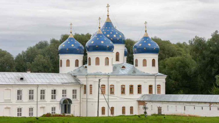 В Великом Новгороде уникальная находка: роскошный саркофаг и тела шести женщин