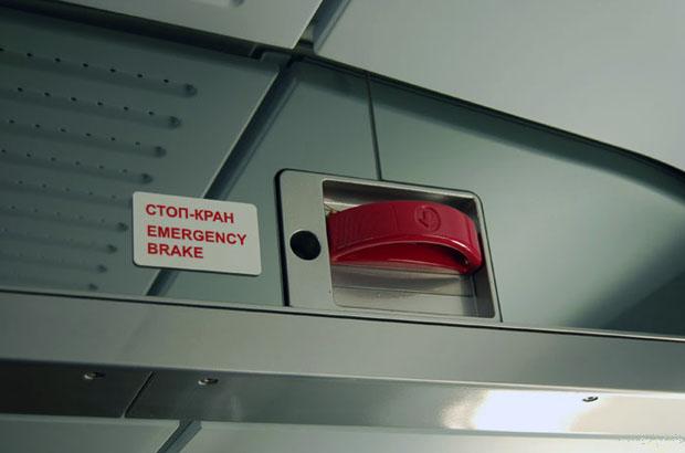 «На окне остались следы обуви»: сотрудница РЖД рассказала подробности смерти парня в поезде