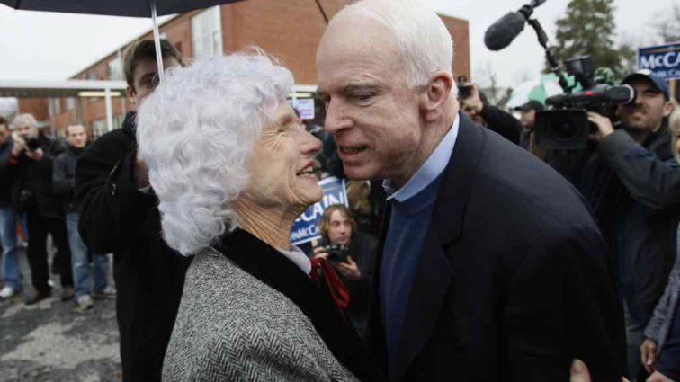 «Тяжело хоронить своего ребенка»: смерть сенатора для матери Маккейна стала невыносимым ударом