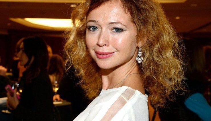 «Глаз не отвести»: Елена Захарова показала яркое фото в купальнике