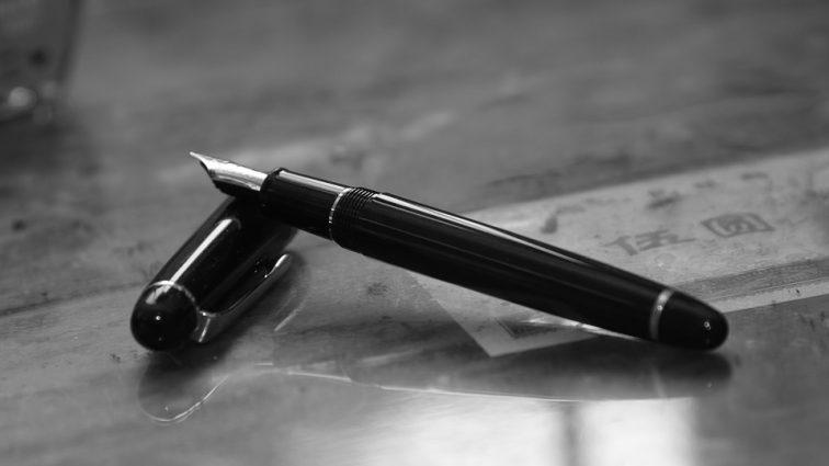 «Будьте вы прокляты!»: клиентке в банке проткнули щеку шариковой ручкой