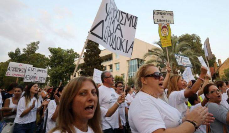 «Руки прочь от школы»: в столице Кипра тысячи учителей вышли на протест