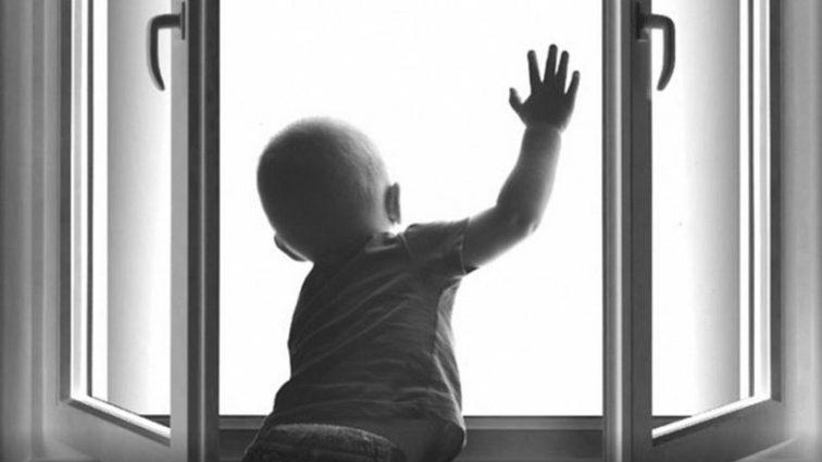 В Пензе мальчик выпал из окна, пока мама…