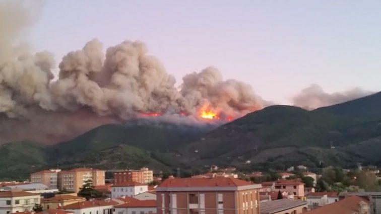 С итальянской Тосканы массово эвакуируют людей из-за лесного пожара