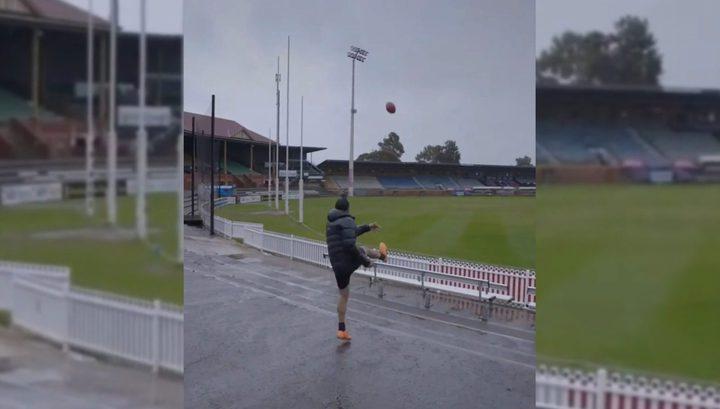 «Сногсшибательный удар»: Молния поразила мяч после удара австралийского футболиста