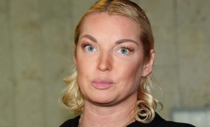 «Наряд со свадьбы»: Волочкова разозлила своих подписчиков нелепыми фото в хиджабе