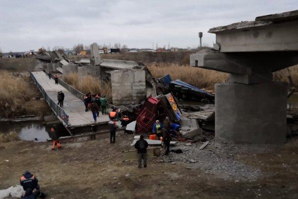 Автомобили оказались в реке: в России обрушился очередной мост