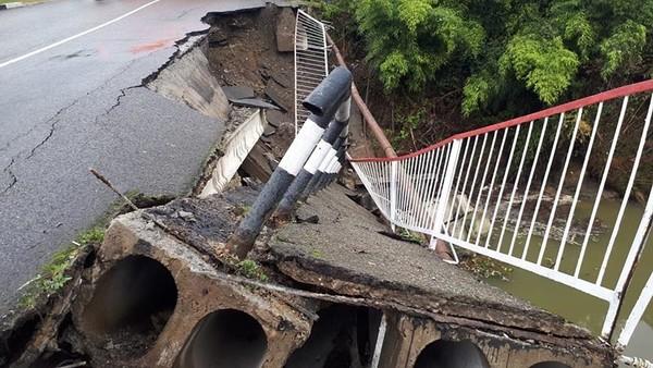 «Почти, что смыло водой»: В России рухнул мост