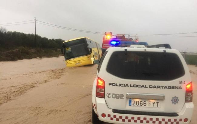 Непрерывные ливни в Испании: спасатели срочно спасают 70 детей из застрявшего автобуса