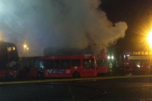 На окраине Лондона взорвались и загорелись несколько автобусов