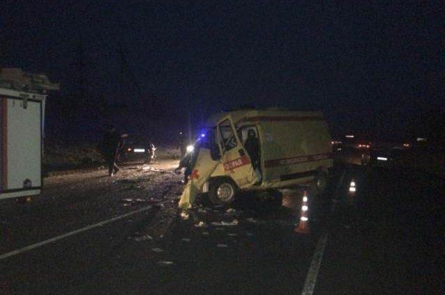 ДТП на пустой трассе: карета скорой помощи влетела в легковушку, много погибших, среди жертв есть дети