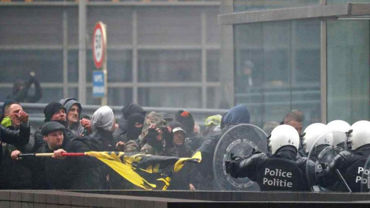 В Брюсселе произошли столкновения полиции с правыми радикалами