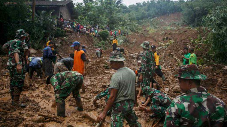 Сильные оползни в Индонезии забрали жизнь четырех людей, 236 эвакуированы