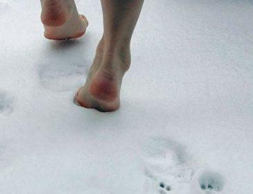 Полицейские чудом проезжали рядом: Пятилетняя девочка босиком ушла из дома в 30-градусный мороз