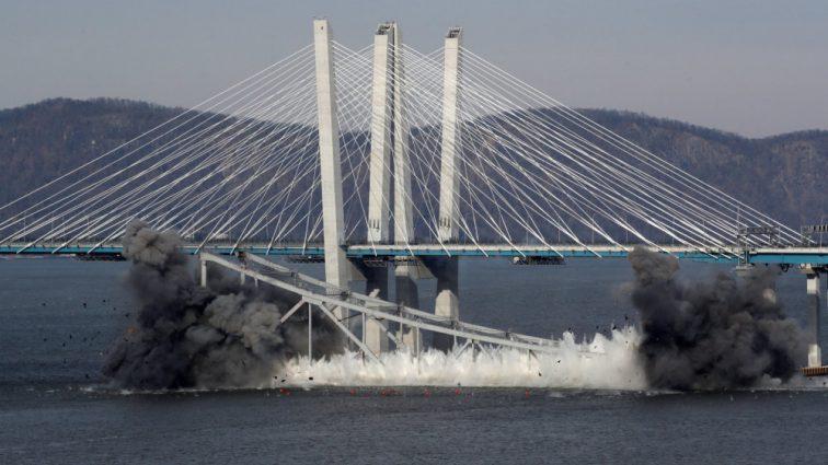 В Нью-Йорке взорвали легендарный мост на реке Гудзон