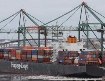 В Атлантическом океана загорелся большой контейнеровоз