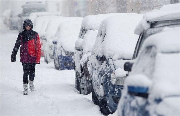 Улицы расчищают даже заключенные: Чехию засыпает снегом, объявлен режим ЧС