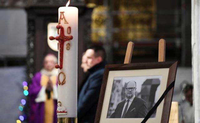 В Польше тысячи людей вышли на улицы почтить память трагически погибшего мэра