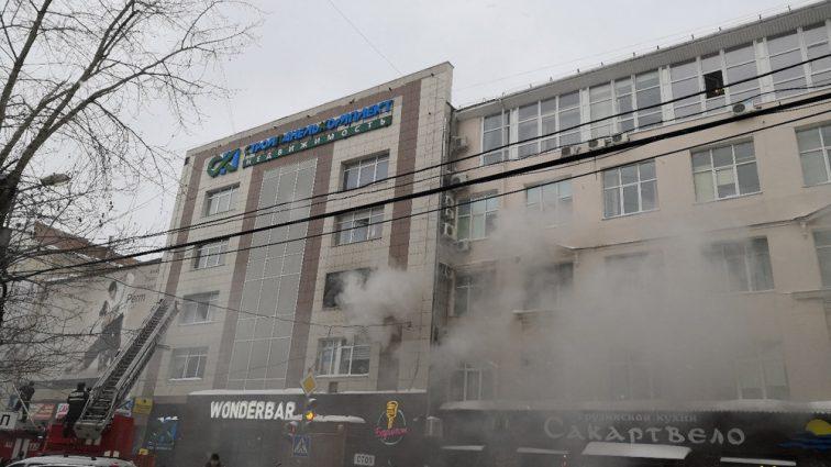 В России загорелся бизнес-центр: Люди выпрыгивали из окон, в том числе беременная женщина