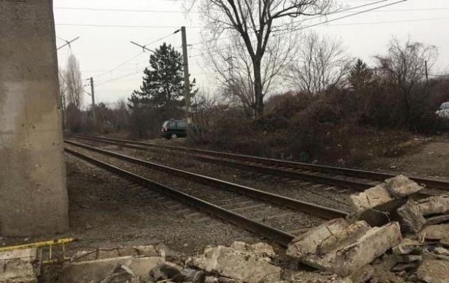 «Приостановил движение поездов»: В Румынии обвалился пешеходный мост