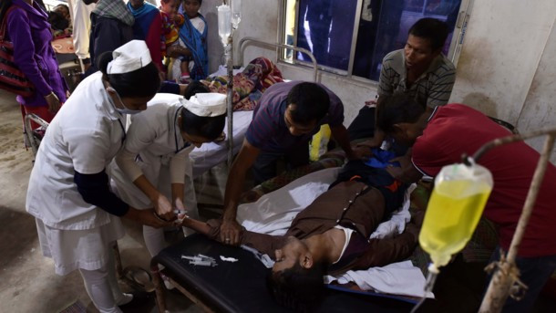 Массовое отравление алкоголем в Индии: число жертв приближается к сотне