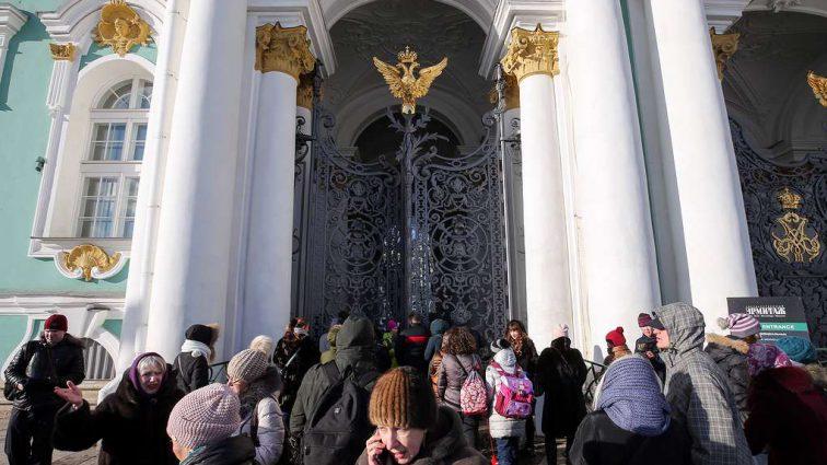 «Поступило сообщение о минировании»: Питерский Эрмитаж срочно эвакуируют из-за угрозы взрыва