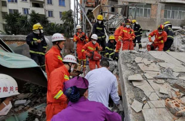 Под завалами дома остался десяток людей: на востоке Китая обрушился жилой дом