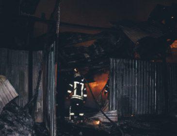 Огонь тушили 40 спасателей: В Киеве случился сильный пожар, сгорели несколько машин