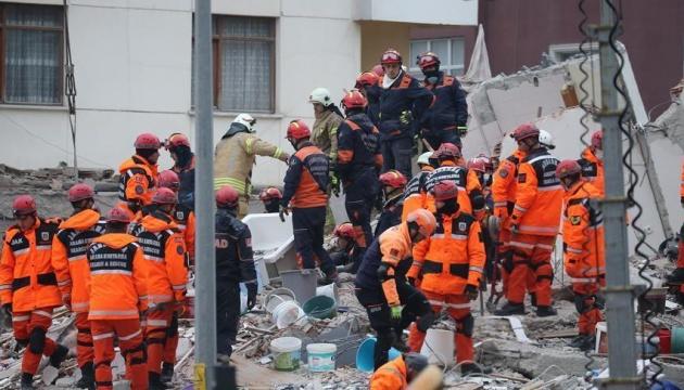 В Стамбуле растет число погибших из-за обрушившегося дома