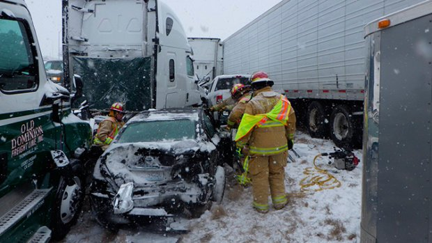 Стихия не утихает: 47 автомобилей столкнулись из-за ледяной дороги