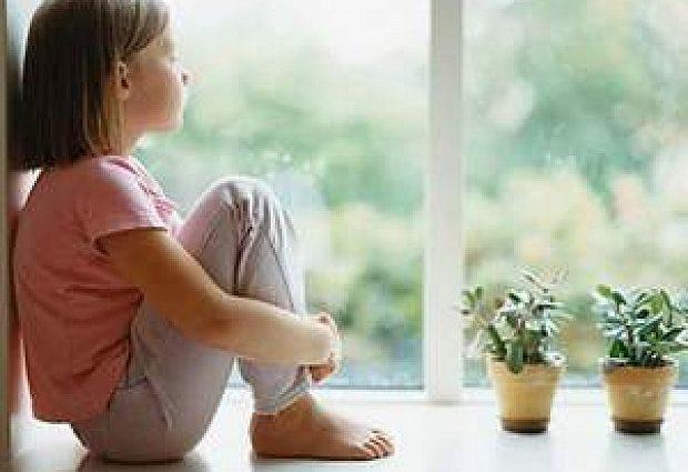 «Мать ушла и заперла дверь»: Девочку оставили одну дома и она умерла от обезвоживания