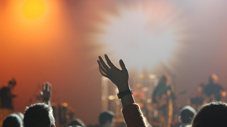 Поклонники были в шоке от происходящего: С известным певцом на сцене произошло ЧП