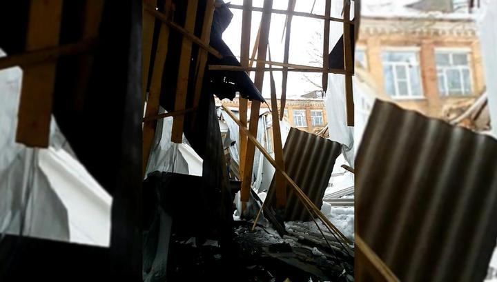 Внутри находилось 200 учеников: В одной из российских школ обрушилась крыша
